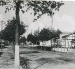 Pożar w 1892 roku zupełnie zniszczył budynki po prawej stronie ulicy.