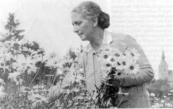 Rita Gaudecker w Mrzeżynie (w tle kościół)