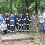 Członkowie SHPiT z zastępem OSP Brojce podczas porządkowania cmentarza ewangelickiego w Mołsotwie (gm. Brojce)