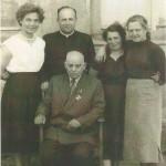 Grono pedagogiczne w latach 1957/1958. Na fotelu siedzi kierownik szkoły – Jan Kalwaj. Od lewej strony: p. Z. Wilczura, ksiądz proboszcz A. Żmijewski, p. D. Kościołowska,            p. D. Pietrucha.