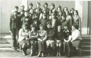 Rok 1978 – uczniowie kl. VIII wraz z gronem pedagogicznym. Od lewej: p. L. Ignaszewska, p. B. Zielińska, p. G. Kuźmińska, p. Z. Wilczura, p. I. Błaszczuk, p. C. Łakomy, p. D. Kościołowska.