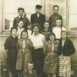 """Rok szkolny 1957/1958. Uczniowie VII klasy z wychowawczynią Z. Wilczurą.              Zdjęcie wykonano przed oknami : starej szkoły""""."""