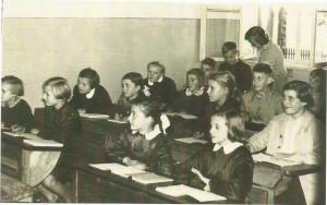 """Rok szkolny 1959/1960 – p. T. Dwulist prowadzi zajęcia w """"starej szkole""""."""