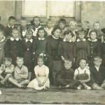 Rok szkolny 1956/1957? Uczniowie klas młodszych z wychowawczynią D. Denikiewicz.