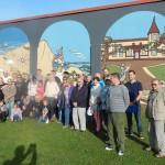 Wspólne zdjęcie pamiątkowe pod muralem historycznym
