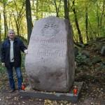 Edmund Kaźmierski przy obelisku