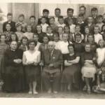 Rok 1956 lub 1957 na zdjęciu pierwszy kierownik szkoły w Brojcach p. Jan Kalwaj